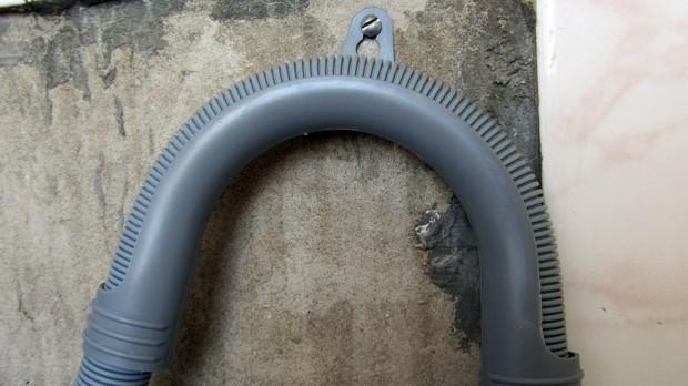 Как закрепить сливной шланг стиральной машины