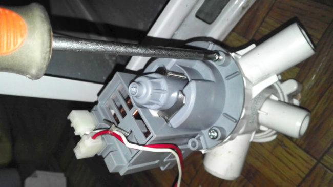 Откручиваем двигатель от помпы (улитки)