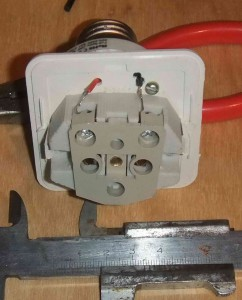 Осталось только подключить провода и наша мобильная патророзетка готова